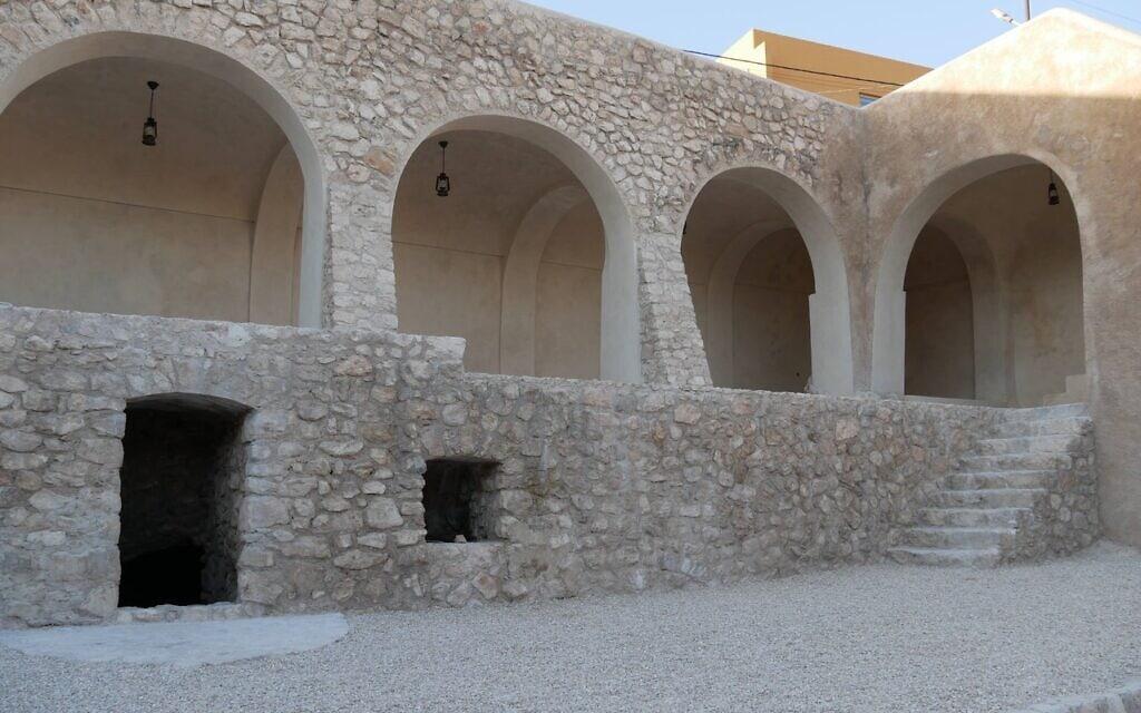 החצר הפנימית במתחם קבר נחום אחרי השיפוץ (צילום: אדם טיפן)