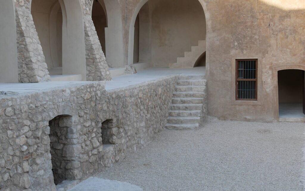 מתחת קבר נחום באלקוש, עיראק, אחרי השחזור (צילום: אדם טיפן)