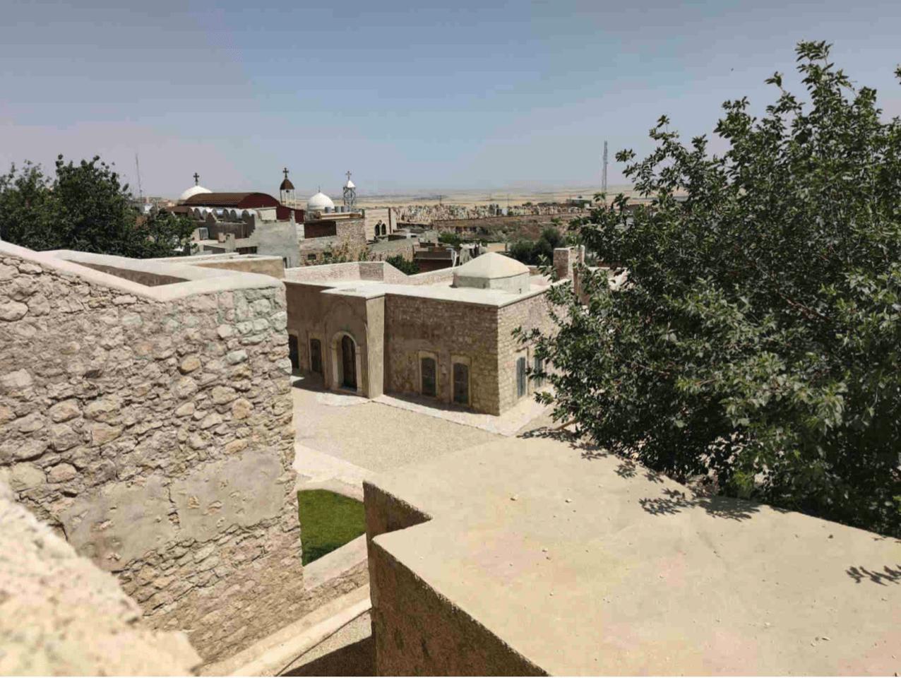 מתחם קבר אחרי השחזור, לצד כנסייה ומסגד בעיר אלקוש, עיראק (צילום: אדם טיפן)