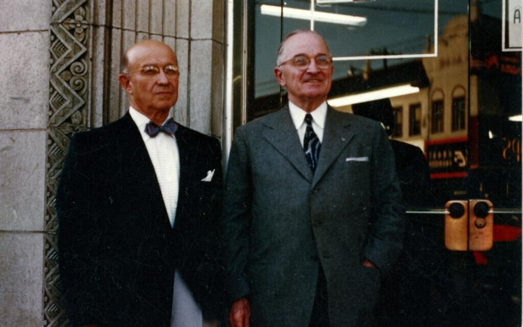 אדי ג'ייקובסון, משמאל, עם נשיא ארצות הברית לשעבר הארי טרומן (צילום: באדיבות הארכיון הלאומי של ארצות הברית)