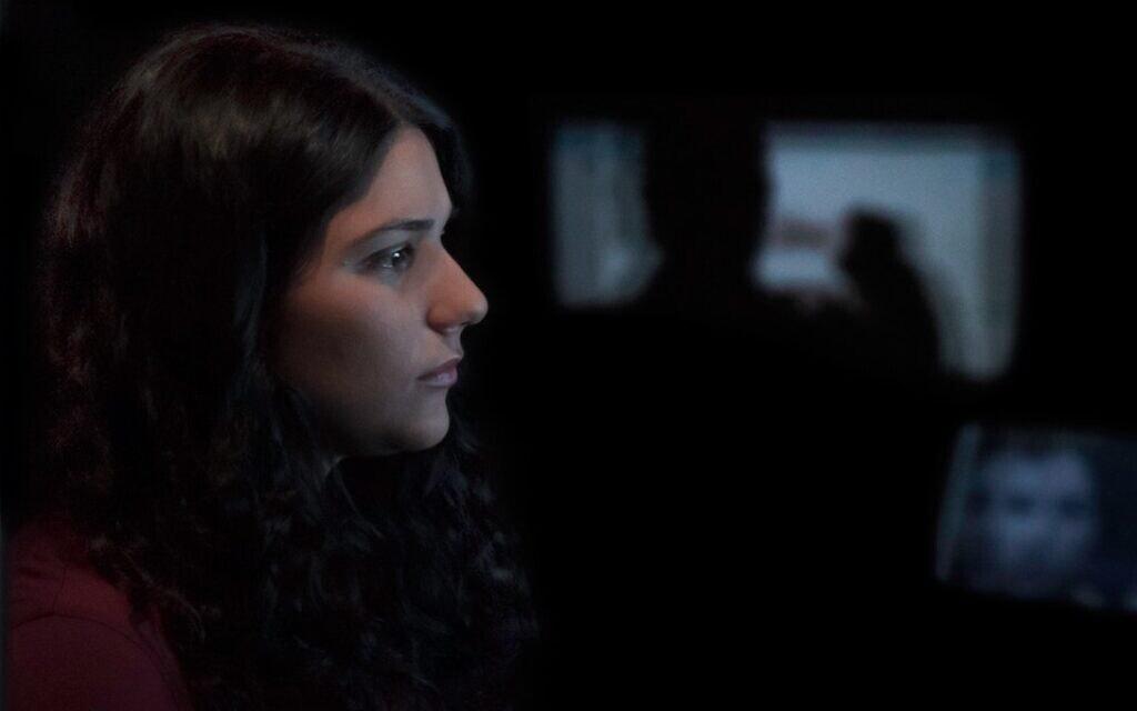"""מאיה לוי צופה בצילומי הסכסוך הישראלי-פלסטיני בסרט התעודה """"מראה"""" (צילום: באדיבות חברת ההפקה עצמור)"""