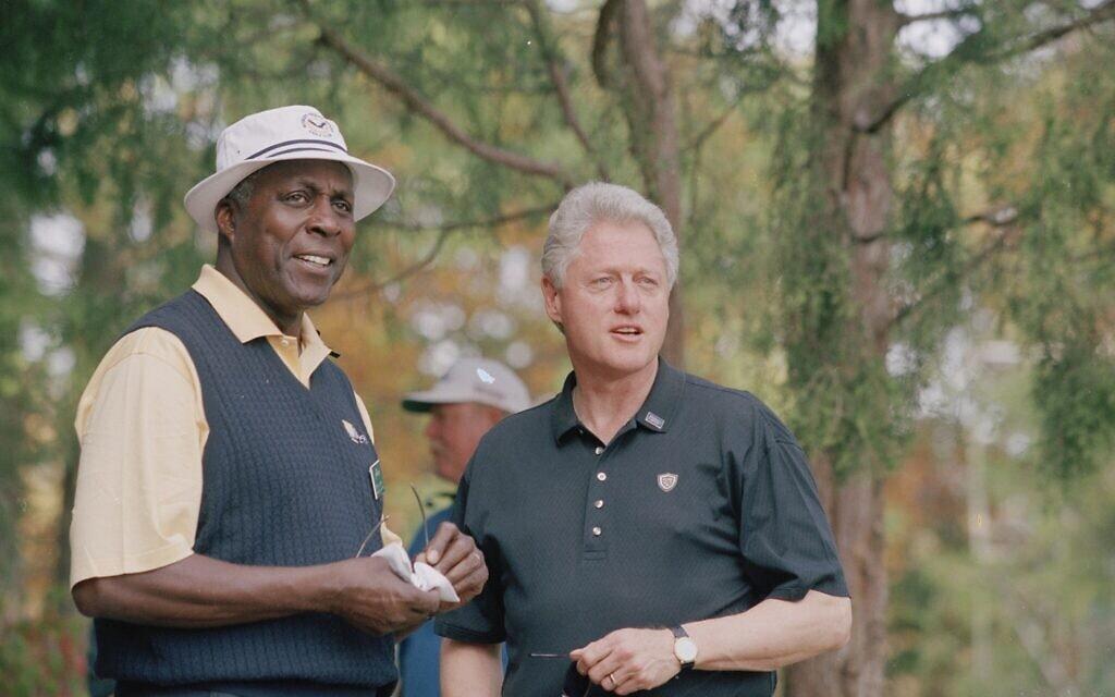 נשיא ארצות הברית לשעבר ביל קלינטון עם חברו הקרוב ורנון ג'ורדן בגביע הנשיאים לשנת 2000 במועדון הגולף על-שם רוברט טרנט ג'ונס בגיינסוויל שבווירג'יניה (צילום: PGA TOUR Archive via Getty Images/ via Gary Ginsber)
