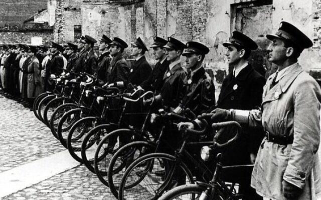 בגטו ורשה בפולין הכבושה במלחמת העולם השנייה, הרשויות הנאציות מינו כוח שיטור יהודי (צילום: רשות הציבור)