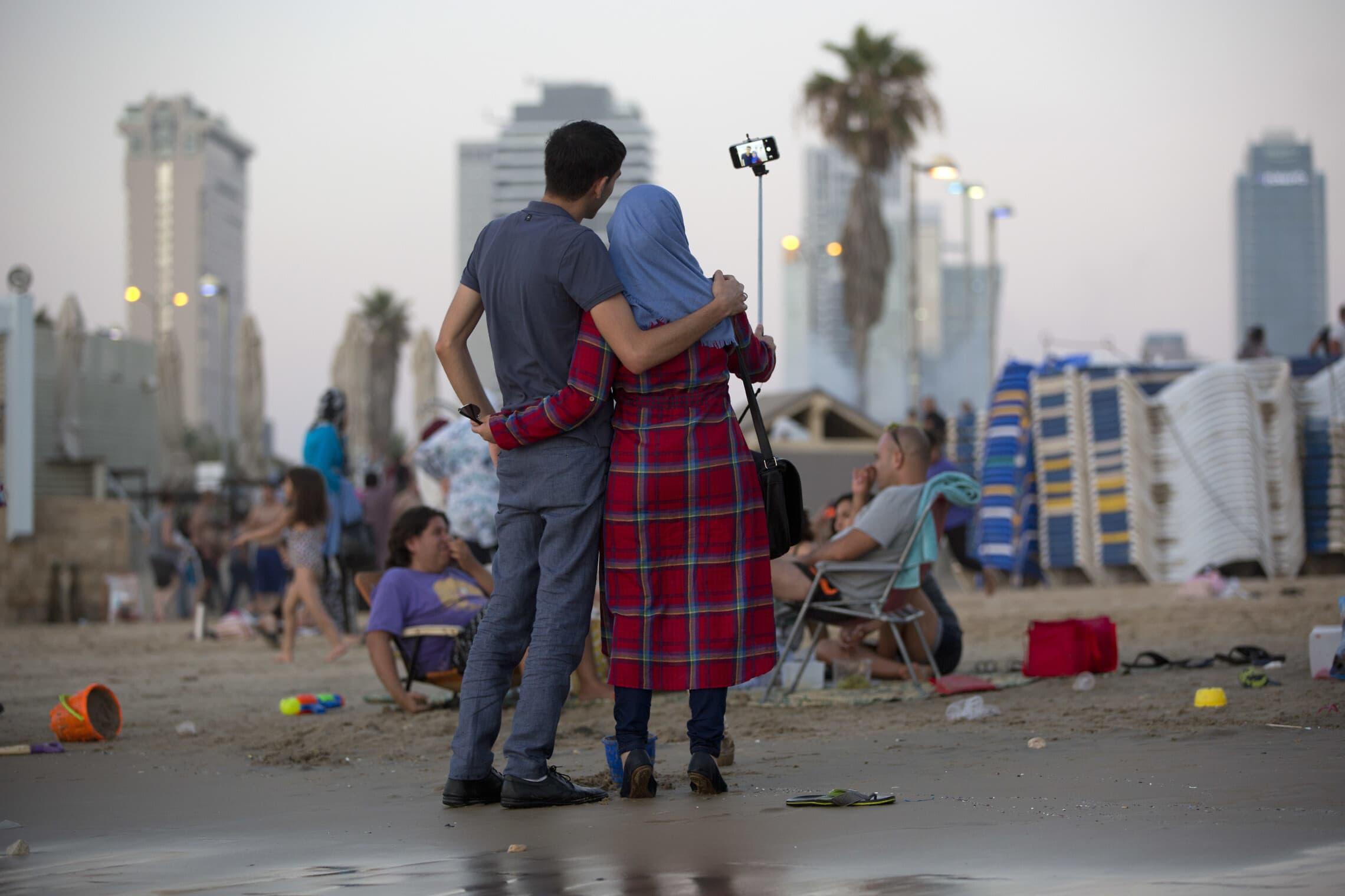 בני זוג על חוף הים. אילוסטרציה (צילום: AP Photo/Oded Balilty)