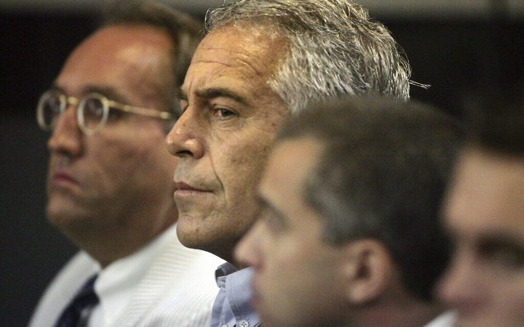 ג'פרי אפשטיין, במרכז, בבית המשפט בווסט פאלם ביץ', פלורידה, ב-30 ביולי 2008 (צילום: Uma Sanghvi/Palm Beach Post via AP)