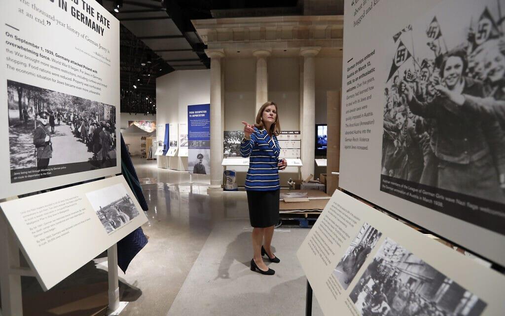"""הנשיאה והמנכ""""לית של מוזיאון השואה וזכויות האדם של דאלאס, מרי פט היגינס, מסיירת במקום, 29 ביולי 2019 (צילום: Tony Gutierrez, AP)"""