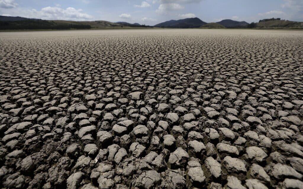 לגונה בקולומביה שהתייבשה לגמרי בעקבות משבר האקלים, פברואר 2021 (צילום: AP Photo/Fernando Vergara)