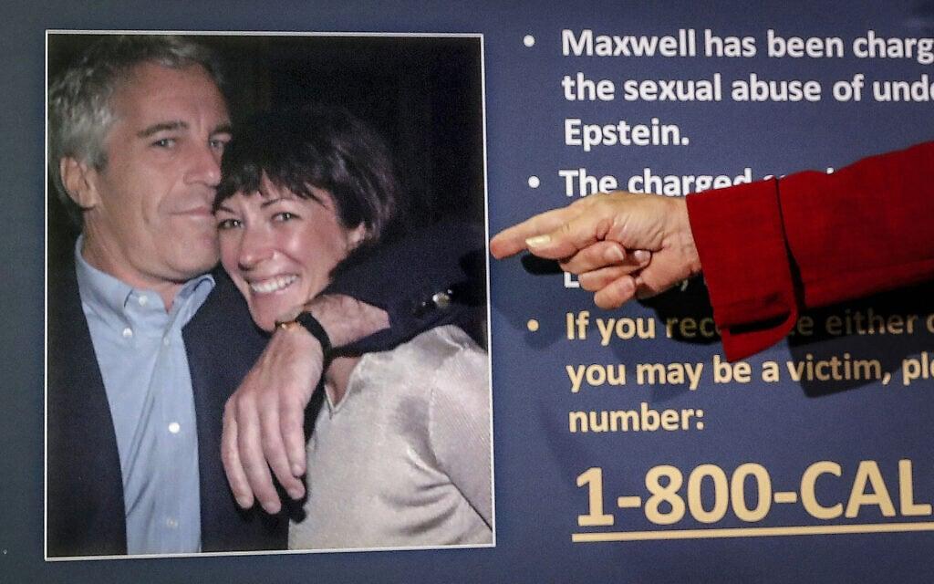התובעת בניו יורק מצביעה על תמונה של ג'פרי אפשטיין וגיליין מקסוול במהלך מסיבת עיתונאים בניו יורק, 2 ביולי 2020 (צילום: P Photo/John Minchillo, File)