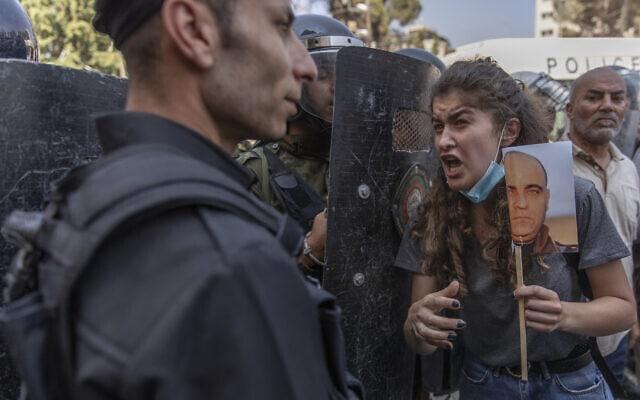 עימותים בין מפגינים אחרי רצח העיתונאי ניזאר בנאת לבין המשטרה ברמאללה, יוני 2021 (צילום: AP Photo/Nasser Nasser)