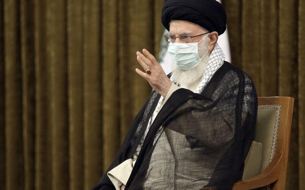 המנהיג העליון של איראן עלי חמינאי בפגישת פרידה מהנשיא היוצא חסן רוחאני, 28 ביולי 2021 (צילום: Office of the Iranian Supreme Leader via AP)