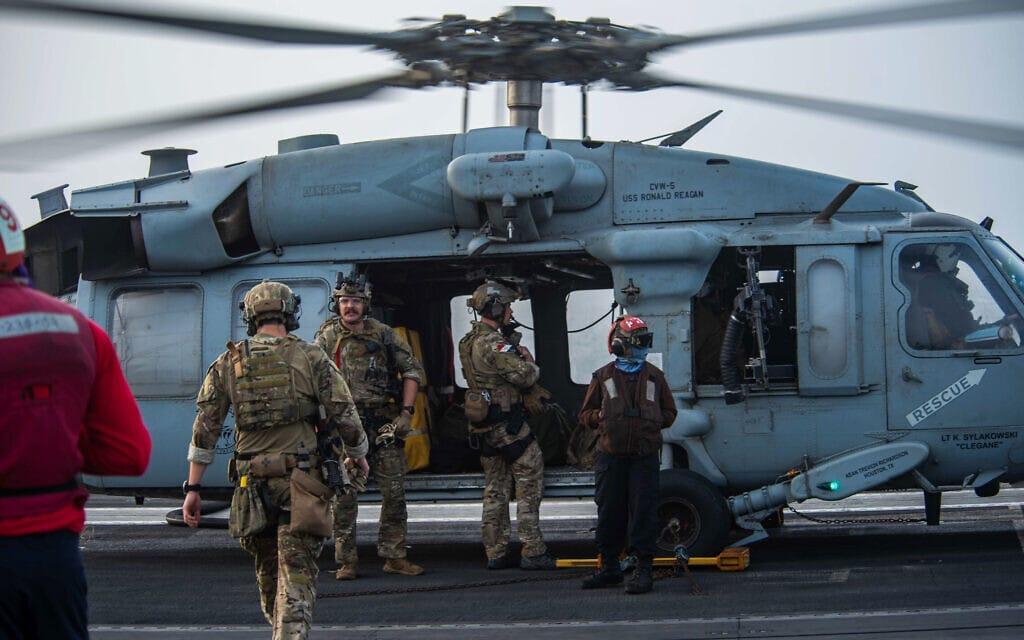 """חיילי חיל הים האמריקאי בדרכם לסייע למכלית הנפטMercer Street אחרי שנפגעה ממל""""טים איראנים ליד עומאן, 30 ביולי 2021 (צילום: Mass Communication Specialist 2nd Class Quinton A. Lee/U.S. Navy, via AP)"""