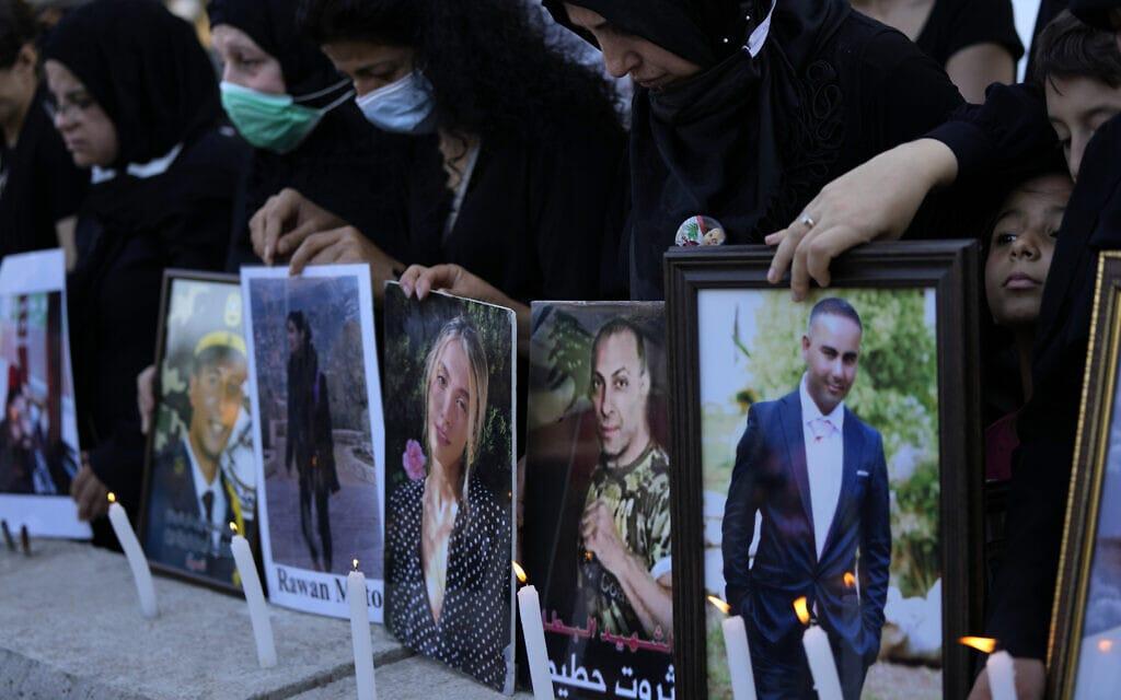 בני משפחותיהם של הקורבנות מהאסון בנמל ביירות עורכים אזכרה ב-4 ביולי 2021 (צילום: AP Photo/Hassan Ammar)
