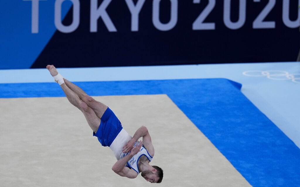 המתעמל ארטיום דולגופיאט בתרגיל שזיכה אותו בזהב בגמר אולימפיאדת טוקיו 2020, 1 באוגוסט 2021 (צילום: AP Photo/Gregory Bull)
