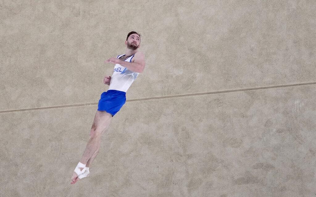 ארטיום דולגופיאט זוכה במדליית זהב בתרגיל קרקע באולימפיאדת טוקיו, 1 באוגוסט 2021 (צילום: AP Photo/Jeff Roberson)