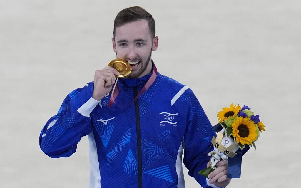 ארטיום דולגופיאט זוכה במדליית זהב בתרגיל קרקע באולימפיאדת טוקיו, 1 באוגוסט 2021 (צילום: AP Photo/Gregory Bull)