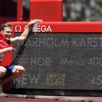 קרסטן ורהולם מנורווגיה חוגג את השיא העולמי שקבע באולימפיאדת טוקיו כשזכה בזהב בריצת 400 מטר משוכות לגברים, 3 באוגוסט 2021 (צילום: AP Photo/Martin Meissner)