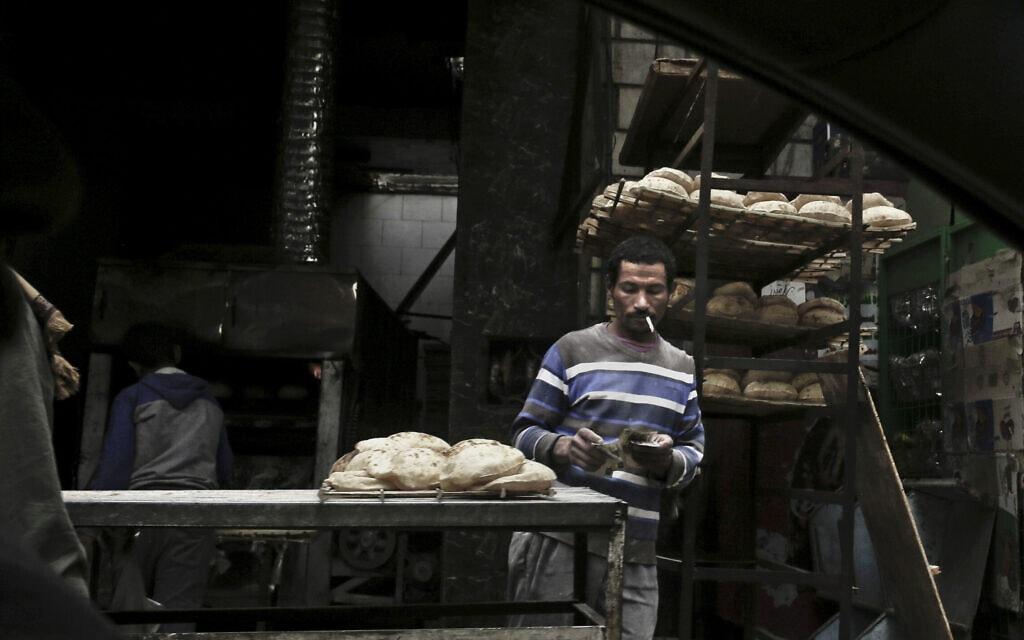 דוכן לחם בקהיר, 14 בפברואר 2017 (צילום: Nariman El-Mofty, AP)