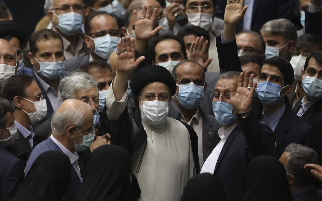 אבראהים ראיסי, במרכז, אחרי שהושבע בפרלמנט לנשיא איראן, 5 באוגוסט 2021 (צילום: AP Photo/Vahid Salemi)