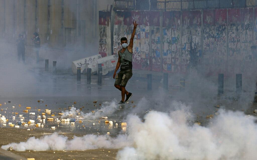 מפגינים נגד ממשלת לבנון במלאת שנה לפיצוץ בנמל ביירות, 4 באוגוסט 2021 (צילום: AP Photo/Bilal Hussein)