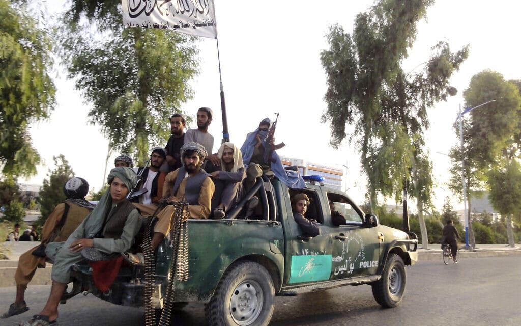 לוחמי טליבאן בעיקר קנדהאר בדרום-מערב אפגניסטן, 15 באוגוסט 2021 (צילום: AP Photo/Sidiqullah Khan)