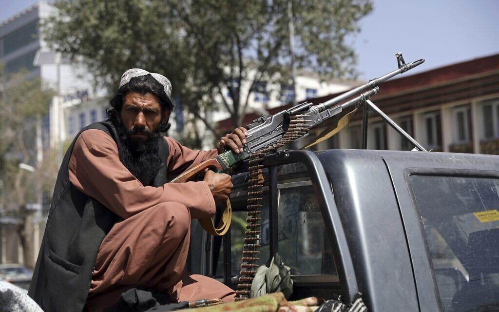 לוחם טליבאן בכניסה לארמון הנשיאות בקאבול, אפגניסטן, 16 באוגוסט 2021 (צילום: AP Photo/Rahmat Gul)