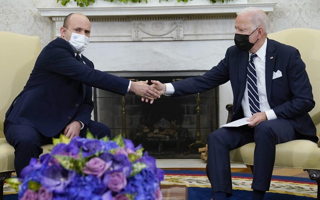 ראש הממשלה נפתלי בנט נפגש עם נשיא ארצות הברית ג'ו ביידן בבית הלבן, 27 באוגוסט 2021 (צילום: AP Photo/Evan Vucci)