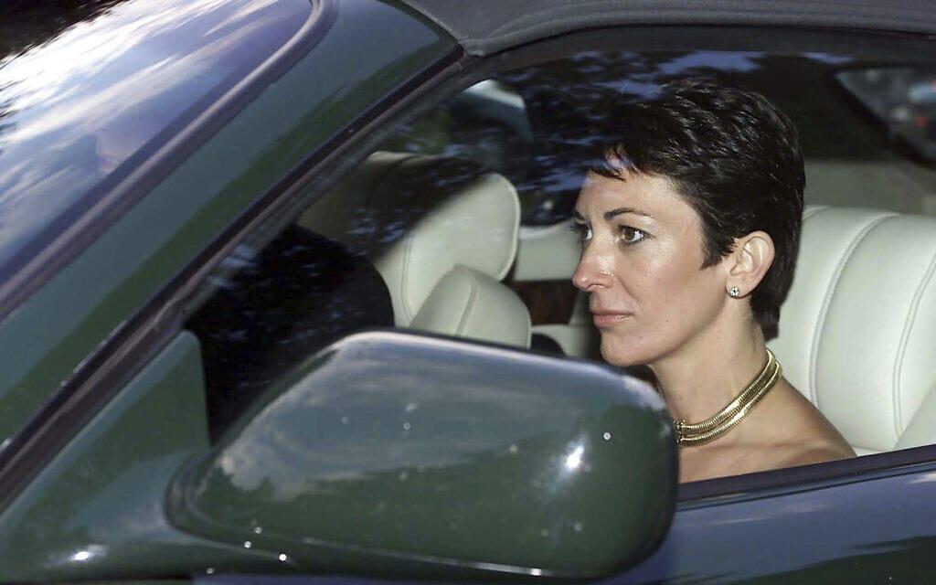 בתמונה הזאת מ-2 בספטמבר, 2000, מוצגת גיליין מקסוול כשלידה נוהג הנסיך אנדרו. השניים יוצאים מחתונתה של חברתו לשעבר של הנסיך, אורליה ססיל, בכנסיה של סנט מייק בקומפטון צ'מברליין, ליד סליסבורי, אנגליה (צילום: Chris Ison/PA via AP)