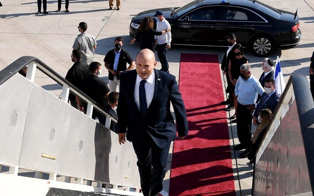 """ראש הממשלה נפתלי בנט על כבש המטוס בנמל התעופה בן-גוריון, 24 באוגוסט 2021 (צילום: אבי אוחיון, לע""""מ)"""