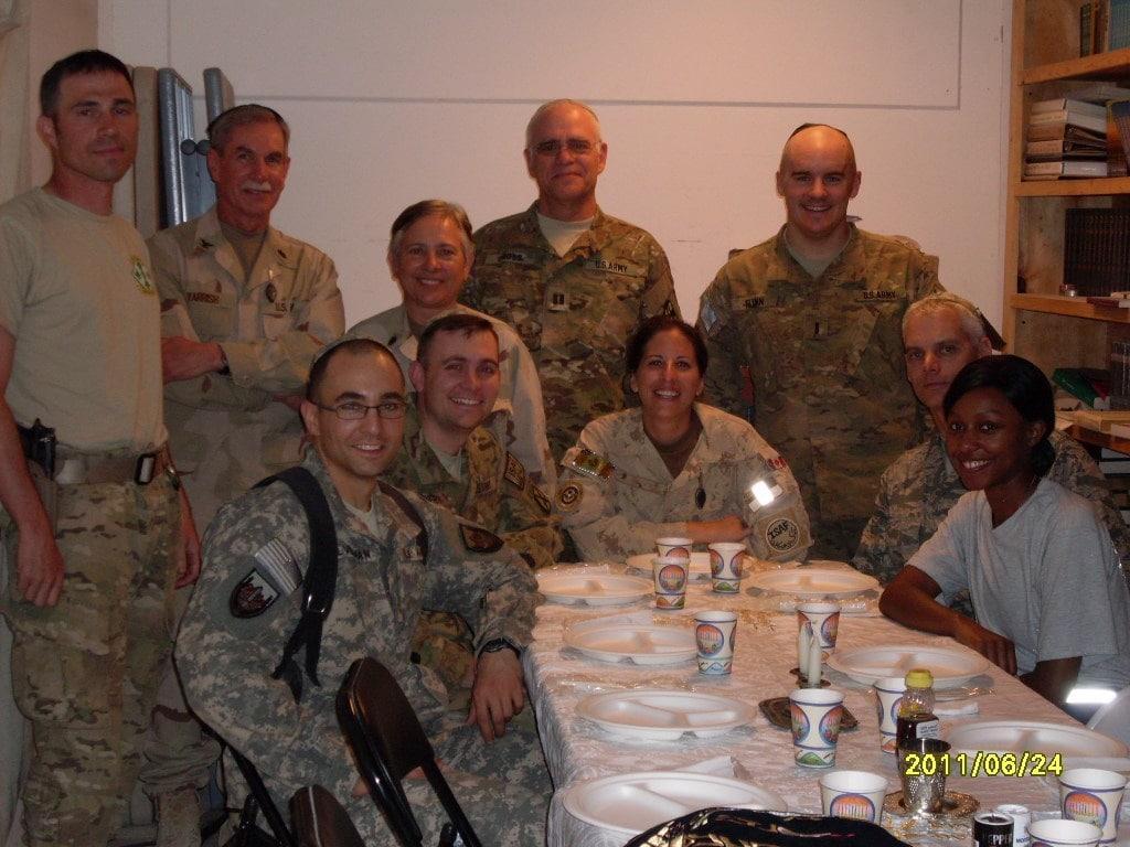 חיילים אמריקאים יהודים לפני סעודת שבת בקנדהאר, אפגניסטן (צילום: באדיבות וורן גרוס)