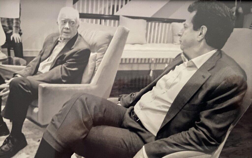 נשיא ארצות הברית לשעבר ג'ימי קרטר (משמאל) עם גארי גינסברג, 2014 (צילום: באדיבות גארי גינסברג)