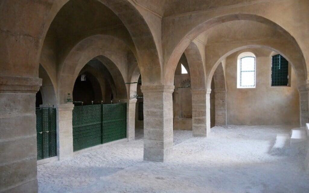 בתוך מתחם קבר נחום, אחרי השיפוץ (צילום: אדם טיפן)