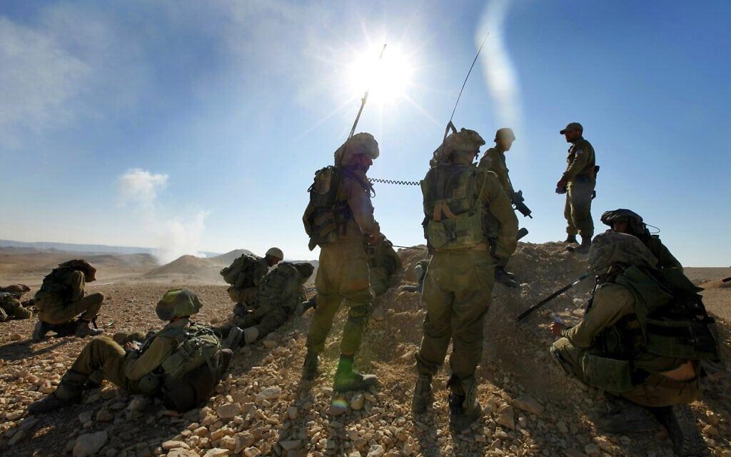 חיילי גבעתי בתרגיל במדבר יהודה, 6 ביוני 2012 (צילום: משה שי/פלאש90)