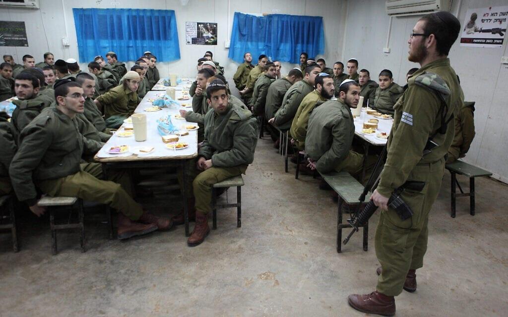 """חיילי הנח""""ל החרדי בחדר אוכל בבסיס פלס, אילוסטרציה (צילום: Yaakov Naumi/Flash90)"""