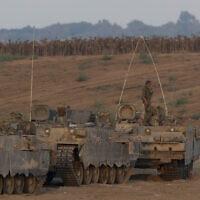 """כוחות צה""""ל בגבול עזה במבצע צוק איתן, 25 באוגוסט 2014; למצולמים אין קשר לידיעה (צילום: יונתן זינדל, פלאש 90)"""