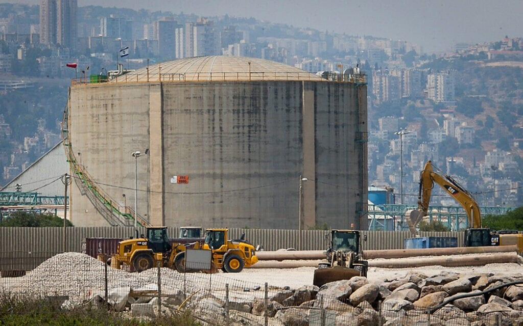 מיכל האמוניה שרוקן במפרץ חיפה. הרגולציה על חומרים מסוכנים עדיין לא תואמת את הדרישות המקובלות בעולם (צילום: Flash90)