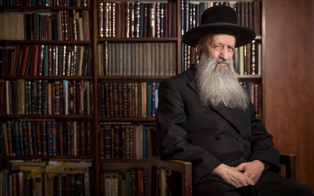 הרב בן-ציון מוצפי בביתו, דצמבר 2017 (צילום: יונתן זינדל/פלאש90)