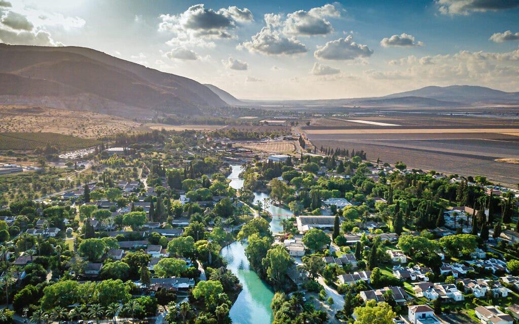 מבט על נחל האסי בקיבוץ ניר דוד בעמק בית שאן. אוגוסט 2020 (צילום: מנחם לדרמן/פלאש90)