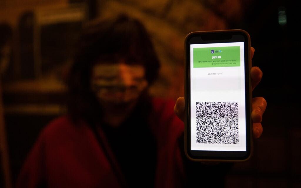 אישה מציגה את תו ירוק. אילוסטרציה (צילום: יונתן זינדל/פלאש90)