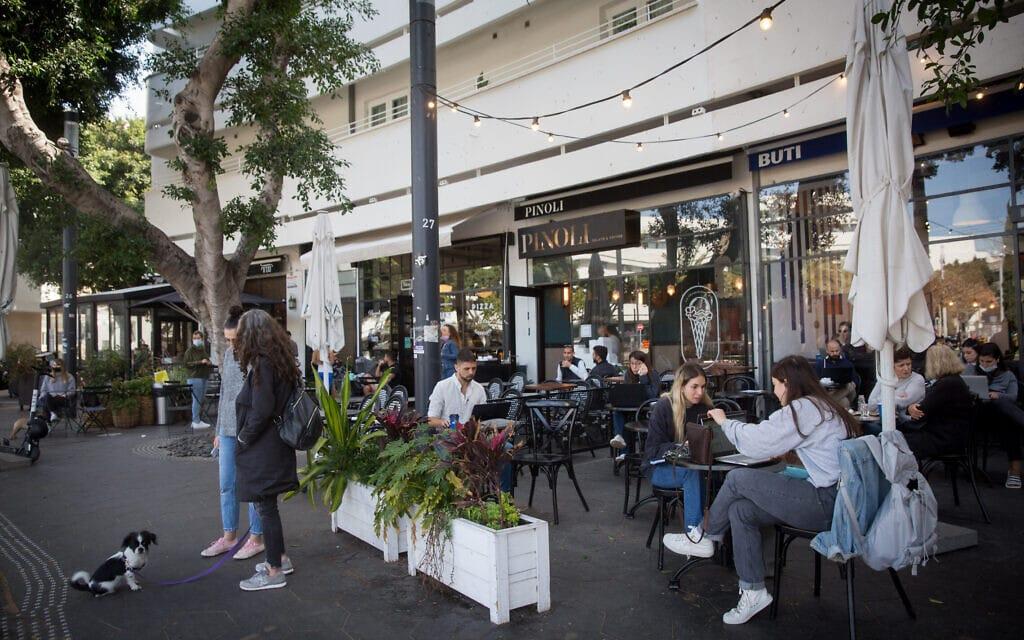 """בתי קפה בתל אביב. חלקם עדיין לא נגמלו מהחד""""פ (צילום: מרים אלסטר/פלאש90)"""