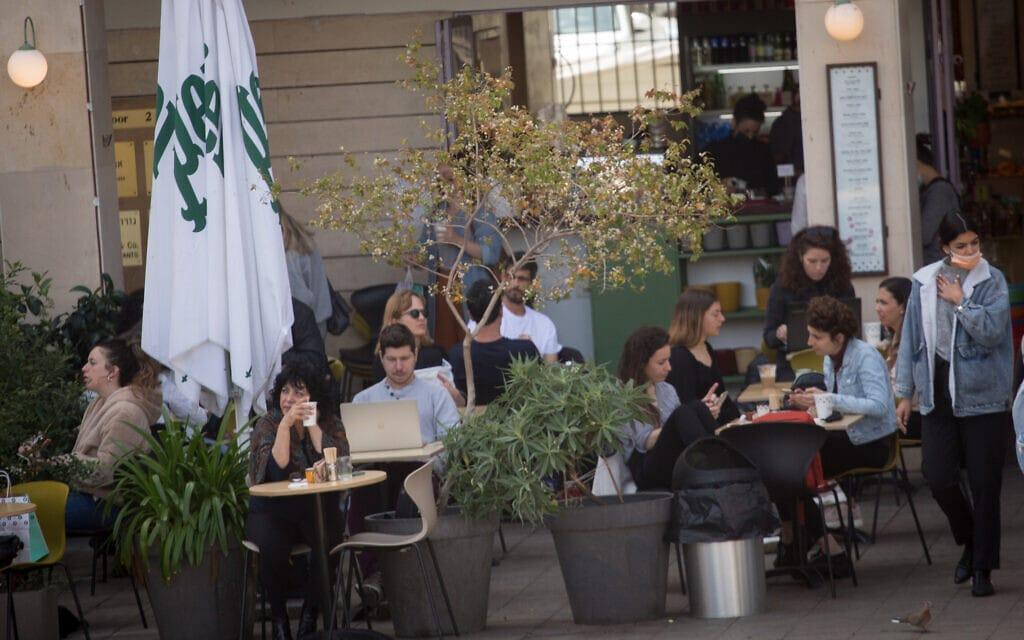 """בית קפה בתל אביב. מכורים לחד""""פ (צילום: Miriam Alster/FLASH90)"""