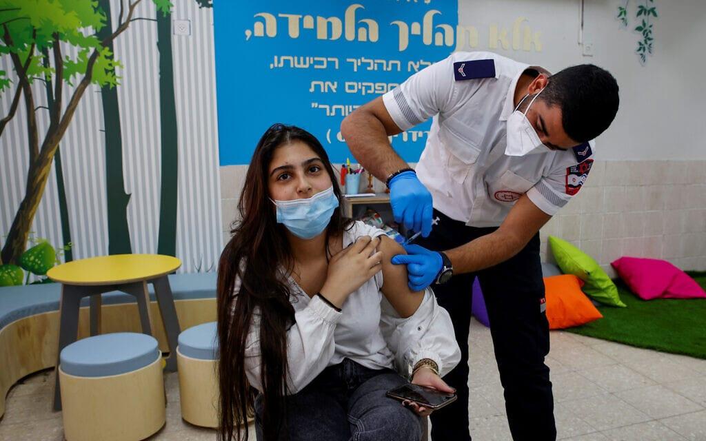 תלמידה מתחסנת נגד נגיף הקורונה בבית הספר הרב תחומי עמל – רמות בבאר שבע, 17 במרץ 2021 (צילום: פלאש 90)