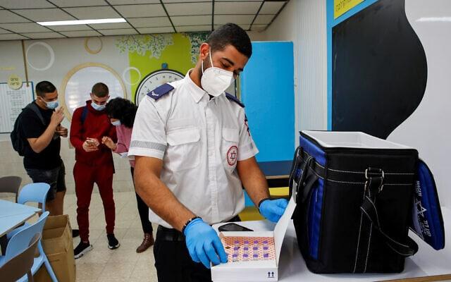 תלמידים מקבלים חיסון לקורונה בתיכון עמל בבאר שבע, 17.3.2021 (צילום: פלאש 90)