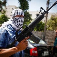 חמוש רעול פנים בהלוויה בג׳נין, 10.6.2021 (צילום: Nasser Ishtayeh/Flash90)