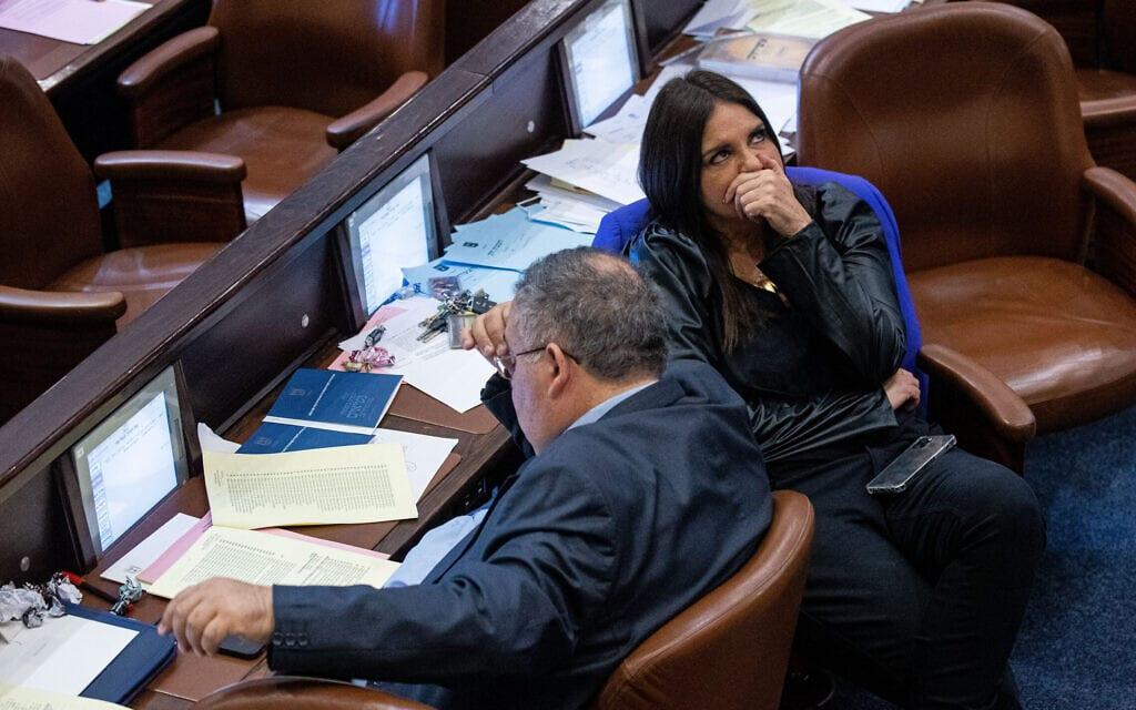 קרן ברק משוחחת עם דוד ביטן במליאת הכנסת, 1 ביולי 2021 (צילום: יונתן זינדל/פלאש90)