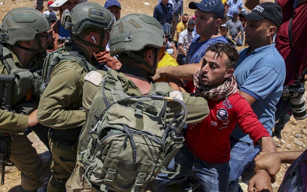 """עימות בין כוחות צה""""ל ומפגינים פלסטיניים ביטא שליד חברון, 9 ביולי 2021 (צילום: Wissam Hashlamon/Flash90)"""