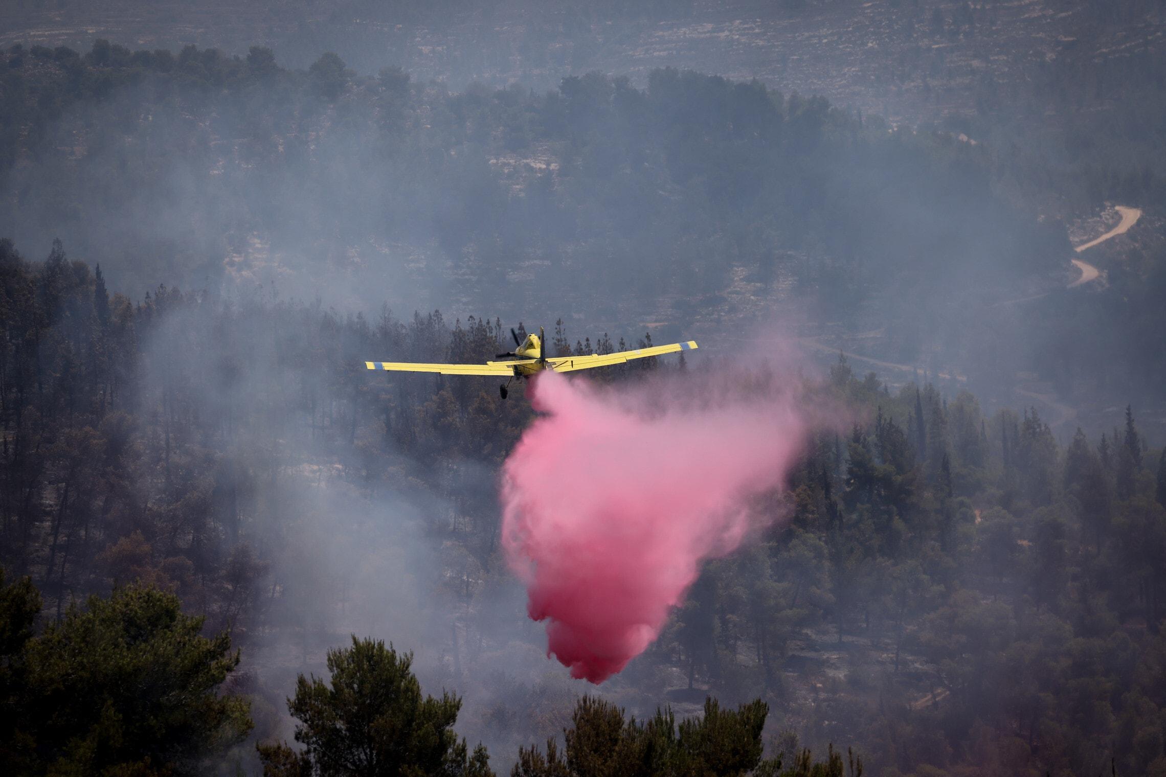 מטוס קל של שירותי הכבאות מעל אזור השרפה בהרי ירושלים, ליד בית מאיר, 16 באוגוסט 2021 (צילום: יונתן זינדל/פלאש90)