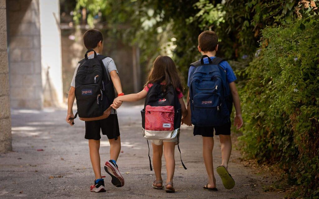 .תלמידים ליד ביתם בירושלים, 31 באוגוסט 2021 (צילום: יונתן זינדל, פלאש 90)