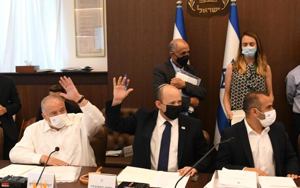 """ראש הממשלה בנט לצד אביגדור ליברמן בישיבת אישור התקציב בממשלה, 2.8.2021 (צילום: עמוס בן גרשון/לע""""מ)"""
