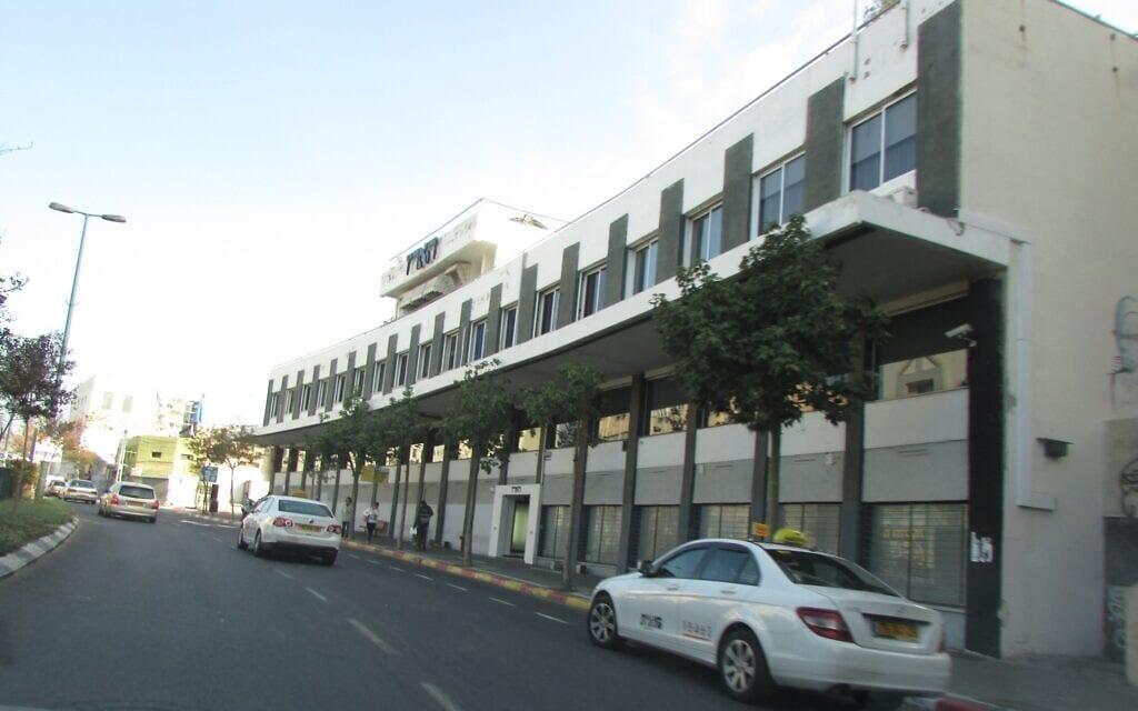 """בניין מערכת """"הארץ"""" ברחוב שוקן בדרום תל אביב (צילום: עדירל/ויקיפדיה)"""