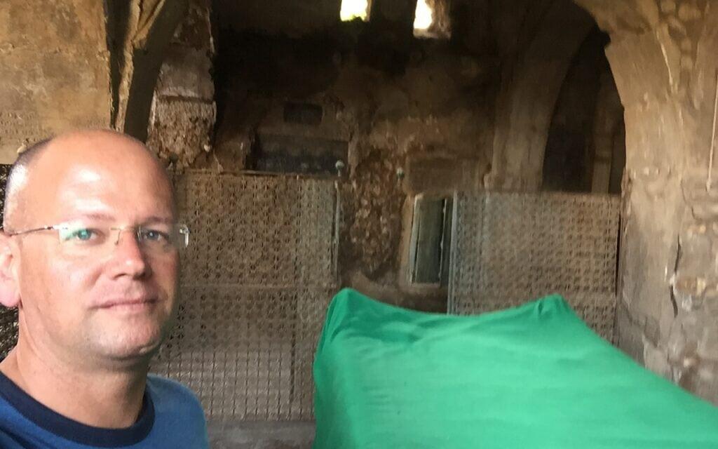 מאיר רונן ליד קבר נחום, במהלך מבצע השיפוץ (צילום: באדיבות המצולם)
